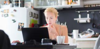 Blog-21-empleados-que-trabajan-desde-casa-en-la-cocina