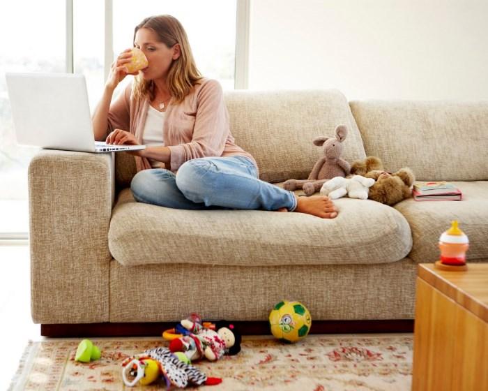 Blog-21-empleados-que-trabajan-desde-casa-en-la-sala-con-juguetes