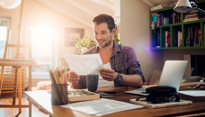 Blog-21-empleados-que-trabajan-desde-casa-en-un-despacho