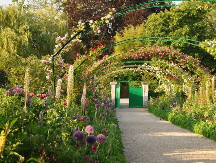 Blog-35-Jardines-de-famosos-rodeado-de-arboles-desordenado-pero-hermoso